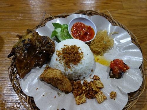 AYAM PENYETが料理名だと知っていたら注文したかも、でも食べたのはAYAM BAKARでした_c0030645_16495478.jpg