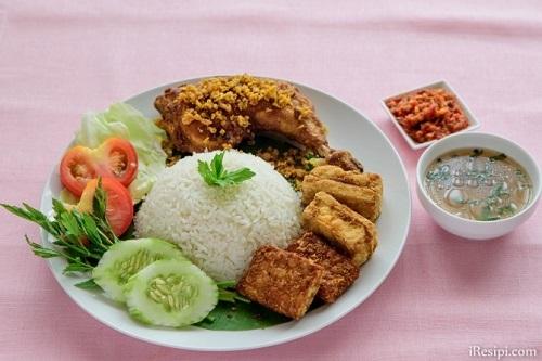 AYAM PENYETが料理名だと知っていたら注文したかも、でも食べたのはAYAM BAKARでした_c0030645_17223082.jpg