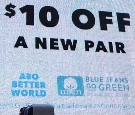 古いジーンズ持っていくと10ドル割引になるジーンズのリサイクル_b0007805_04003822.jpg