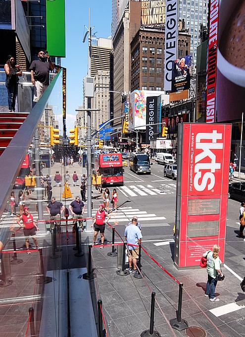 タイムズ・スクエアの風景を眺めるのにオススメ、TKTSブース展望台_b0007805_08352785.jpg