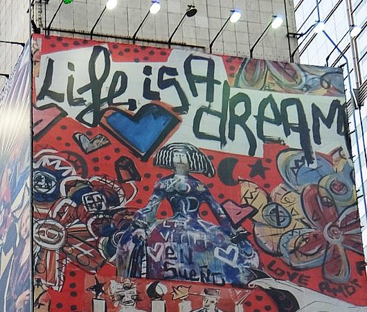 """Life is a dream""「人生は夢だ」巨大看板_b0007805_00331926.jpg"