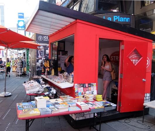 タイムズ・スクエアにあるStrand Book Storeのキオスク_b0007805_01033194.jpg