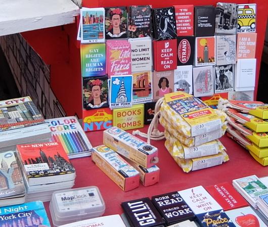 タイムズ・スクエアにあるStrand Book Storeのキオスク_b0007805_01042138.jpg