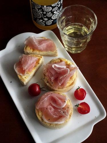 チーズと生ハムのタルトレット_b0254207_16183684.jpg