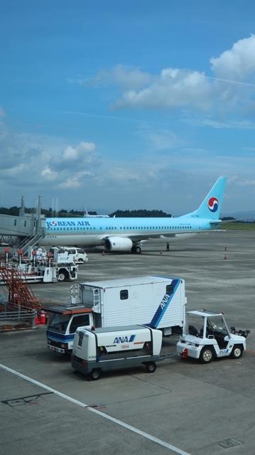 藤田八束の鉄道写真@鹿児島空港には可愛い飛行機がいっぱいです。鹿児島空港から離島めぐり、最近離島めぐりが大人気・・・鉄道も人気上昇中、私は貨物列車が大好き_d0181492_22545242.jpg