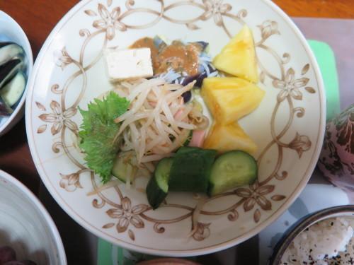 朝:サラダプレート、野菜ジュース、茄子の糠漬け 昼:大麦大豆紫蘇ヒジキ🍙&焼鳥ももタレ 夜:日清焼きそば、とうもろこし&冷奴_c0075701_20203263.jpg