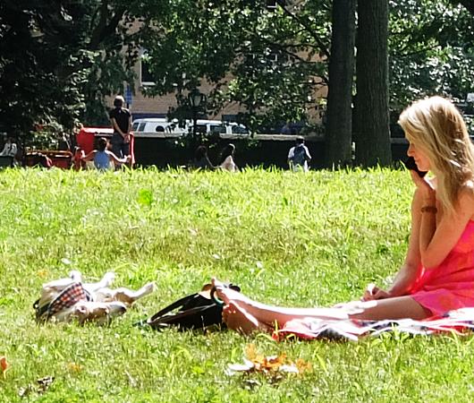 夏の終りのセントラルパーク、ピンク・ワンピと赤チェック・スカーフ_b0007805_21312093.jpg