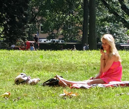 夏の終りのセントラルパーク、ピンク・ワンピと赤チェック・スカーフ_b0007805_21314265.jpg