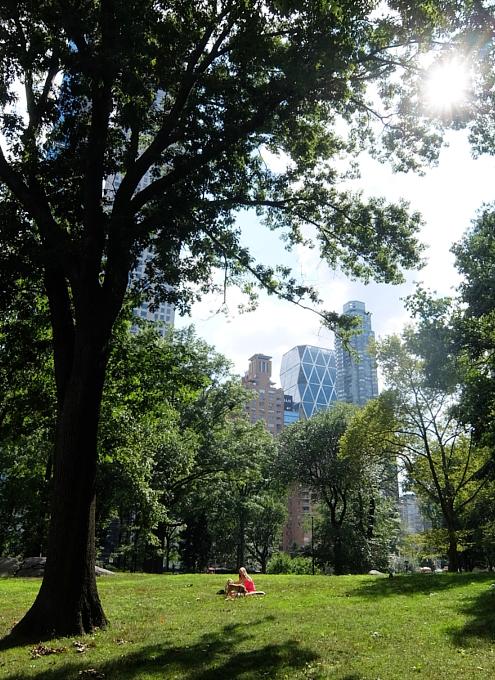 夏の終りのセントラルパーク、ピンク・ワンピと赤チェック・スカーフ_b0007805_22001554.jpg