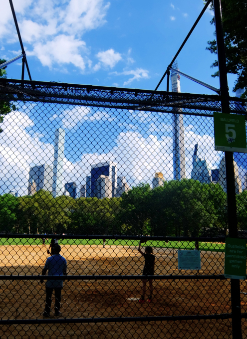 セントラルパークの野球場、バックネット裏から見える風景_b0007805_22120087.jpg