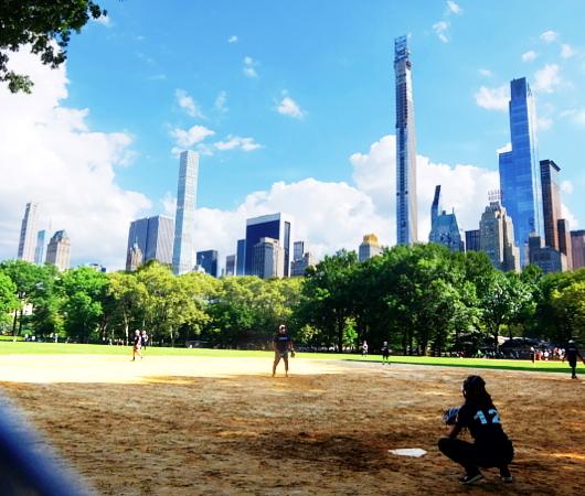 セントラルパークの野球場、バックネット裏から見える風景_b0007805_22125683.jpg