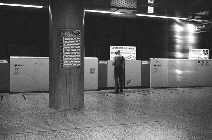 地下鉄風景と京浜急行線の踏切事故とテッサーレンズ_c0182775_1620636.jpg
