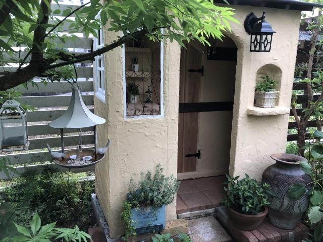 DIY「小屋もどき」玄関ポーチ、飾り棚に「ジョリパット」を塗りました_a0243064_20220214.jpg