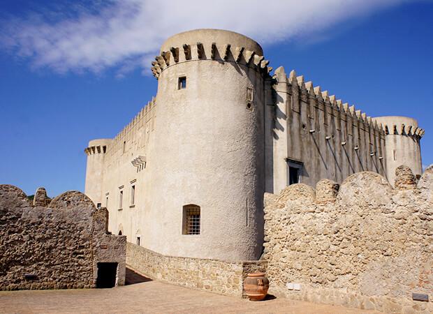 サンタ・セヴェリーナ3. 先ずは城に登ってパノラマ大地を感じるべし_f0205783_13133345.jpg