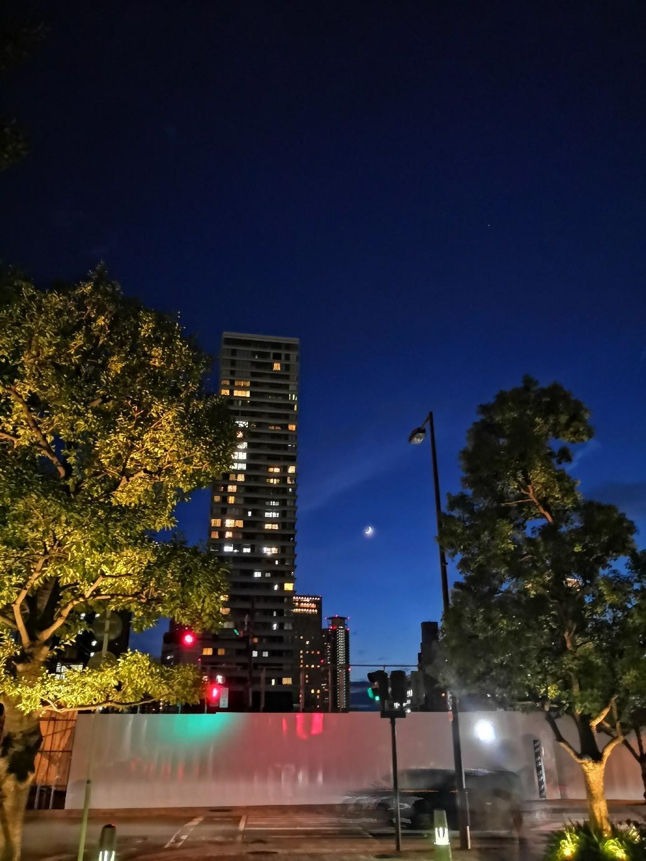 糸のような細い月 アニメに出てきそうな夜景_a0004752_13342131.jpg