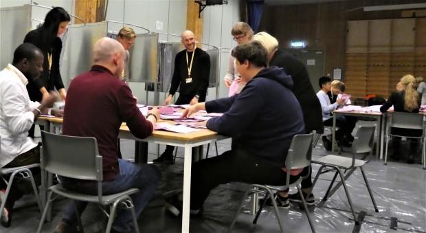 民主主義を鍛える開票作業(ノルウェー)_c0166264_18013202.jpg