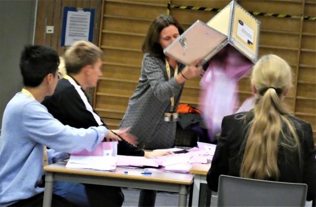 民主主義を鍛える開票作業(ノルウェー)_c0166264_18015178.jpg
