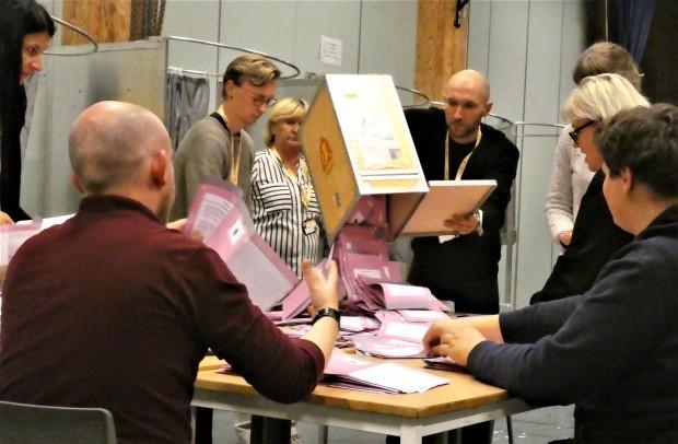 民主主義を鍛える開票作業(ノルウェー)_c0166264_18021141.jpg
