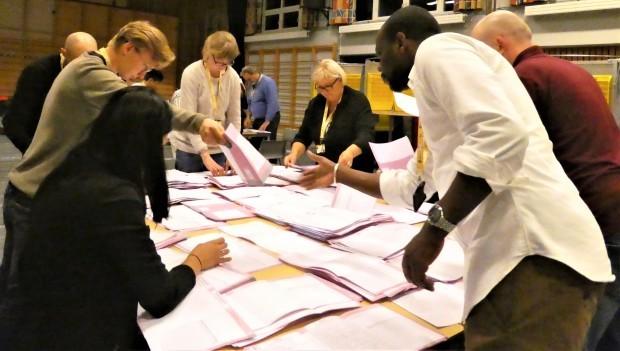 民主主義を鍛える開票作業(ノルウェー)_c0166264_18022802.jpg