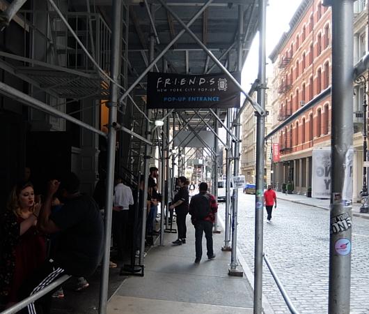 人気ドラマ『フレンズ』の25周年ポップアップ展示の入口前の様子_b0007805_06582207.jpg