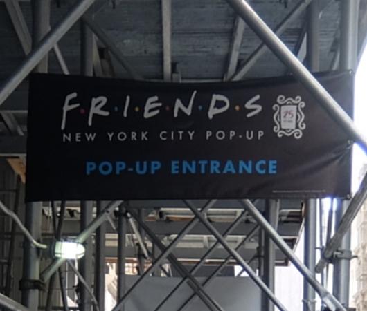 人気ドラマ『フレンズ』の25周年ポップアップ展示の入口前の様子_b0007805_07054333.jpg