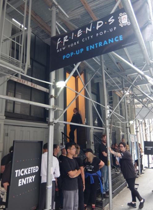 人気ドラマ『フレンズ』の25周年ポップアップ展示の入口前の様子_b0007805_07075572.jpg