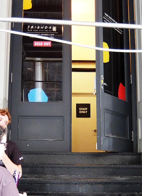 人気ドラマ『フレンズ』の25周年ポップアップ展示の入口前の様子_b0007805_07084353.jpg