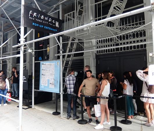 人気ドラマ『フレンズ』の25周年ポップアップ展示の入口前の様子_b0007805_07123555.jpg