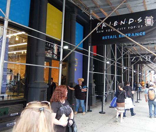 人気ドラマ『フレンズ』25周年グッズ販売店の入口付近の様子_b0007805_08131569.jpg
