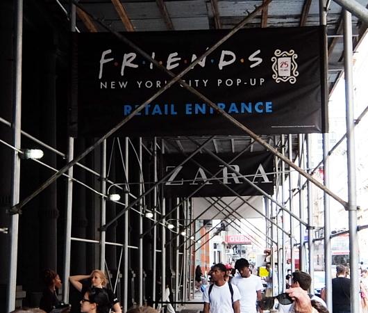人気ドラマ『フレンズ』25周年グッズ販売店の入口付近の様子_b0007805_08151965.jpg