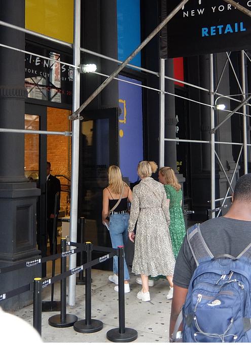 人気ドラマ『フレンズ』25周年グッズ販売店の入口付近の様子_b0007805_08184650.jpg