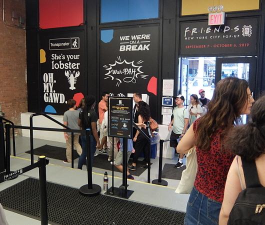 人気ドラマ『フレンズ』25周年グッズ販売店の入口付近の様子_b0007805_18463882.jpg