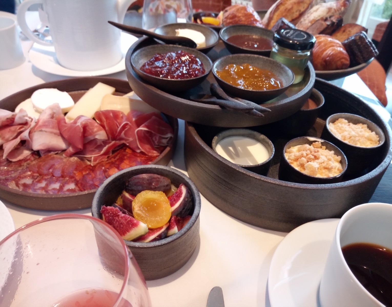 ついにプレザンスで朝食を Petit-déjeuner chez Plaisance enfin!_e0243221_03512745.jpg