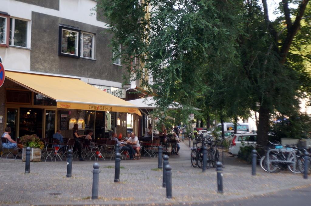 大使館の後は、西ベルリンスタイルのKneipeへ 8/23_c0180686_01585092.jpg