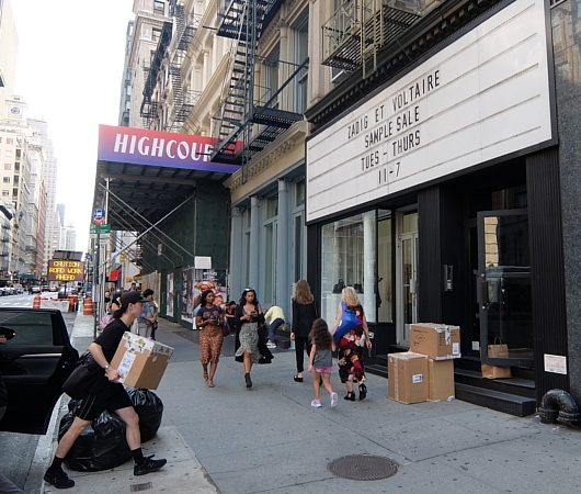 店頭の看板サインのメッセージが変わるギャラリー兼ポップアップ・スペース、393 NYC_b0007805_03414747.jpg