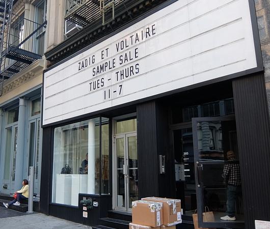 店頭の看板サインのメッセージが変わるギャラリー兼ポップアップ・スペース、393 NYC_b0007805_04284569.jpg