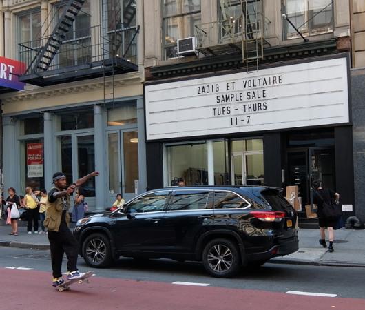 店頭の看板サインのメッセージが変わるギャラリー兼ポップアップ・スペース、393 NYC_b0007805_04314895.jpg