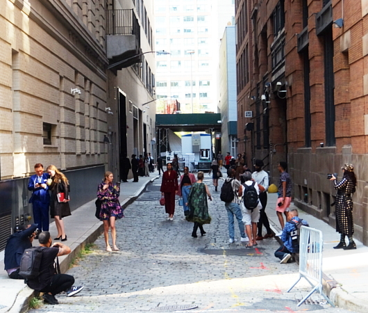 ファッション・ウィーク中のニューヨークの街角には、関係者がチラホラ_b0007805_04564145.jpg