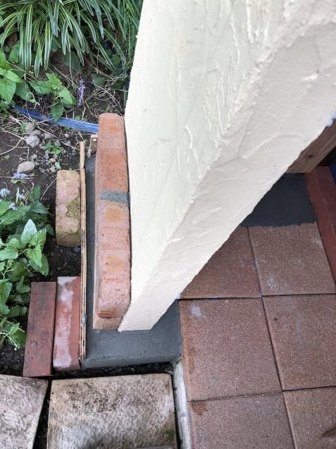 DIY【小屋もどき】プランター取り付けとレンガ積みが終わりました_a0243064_12370743.jpg
