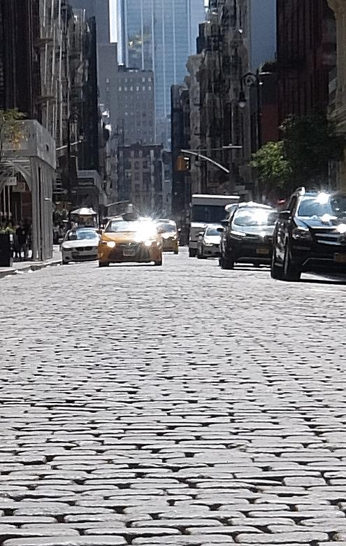 ニューヨークのSOHOの石畳の道とマンホール_b0007805_04071071.jpg