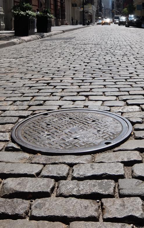 ニューヨークのSOHOの石畳の道とマンホール_b0007805_04111876.jpg