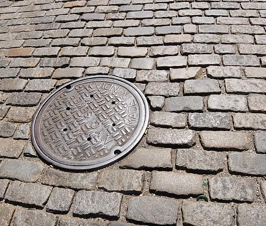 ニューヨークのSOHOの石畳の道とマンホール_b0007805_04121783.jpg