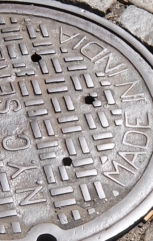 ニューヨークのSOHOの石畳の道とマンホール_b0007805_04133988.jpg