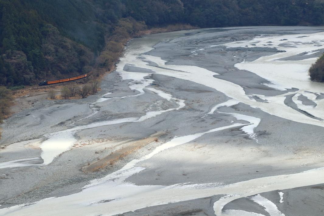 大きく広がって流れる大井川 - 2018年・大井川鉄道 -_b0190710_22362370.jpg