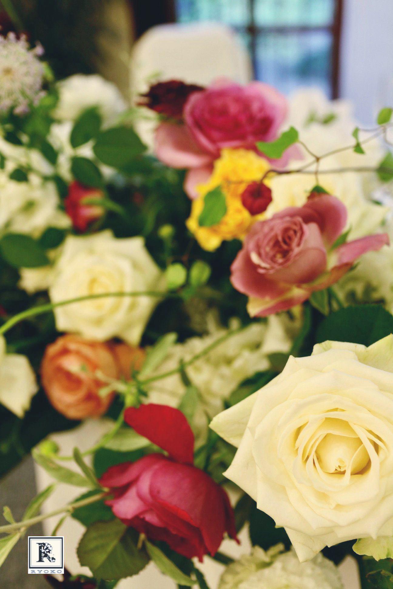 挙式では清楚な白のお花をあしらい、 披露宴では、お色直しに合わせてドレスアップ✨_c0128489_23393584.jpg
