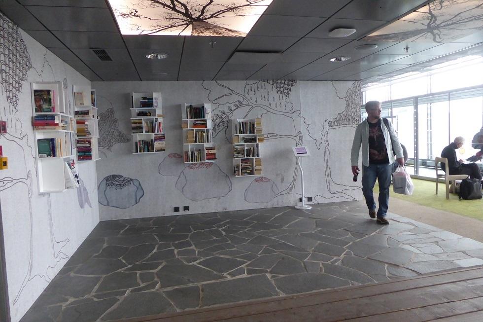 ヘルシンキ空港の Book Swap_d0288144_22462723.jpg