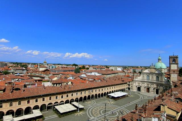 美しい広場の街 ヴィジェーヴァノ_b0358575_16552790.jpg