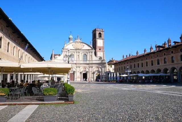美しい広場の街 ヴィジェーヴァノ_b0358575_17131120.jpg