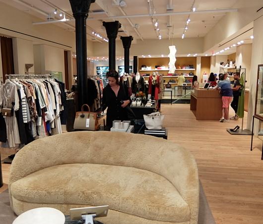 高級ファッション・アイテム再販ビジネスの成長株、The RealRealのSOHO店_b0007805_05575012.jpg