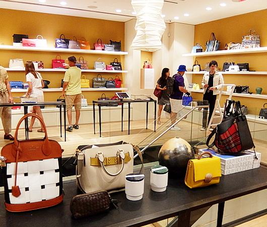 高級ファッション・アイテム再販ビジネスの成長株、The RealRealのSOHO店_b0007805_06154129.jpg